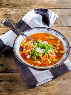 Wenn der Duft einer frisch gekochten Minestrone das Haus erfüllt, dann freuen wir uns über einen unverwechselbaren Suppengenuss . Viel Gemüse, wenig Kalorien - so macht Genießen Spaß!