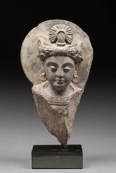 Belle tête de Boddhisattva en schiste. La coiffe agencée avec soin et originalité, Légère restauration sur le nez. Art gréco Bouddhique du Gandhara, I - V siècle après JC. 33x19x14cm.