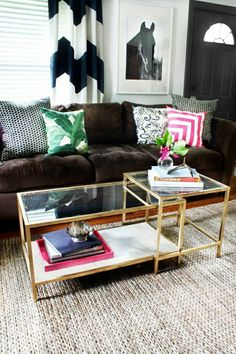 table basse fly en verre pour le salon avec tapis beige en rotin