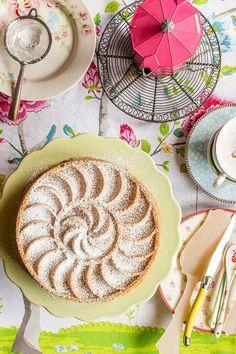 Bizcocho de manzana sobre stand para tartas verde de la firma Ib Laursen Este Bundt cake de manzana y almendra lleva dos de mis sabores favoritos: la manzana y los frutos secos, que además combinan de