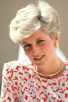 Lady Diana wears a golden necklace and matching gold earrings. Image: Getty Images golden necklake Princess Diana in 26 era defining jewelry pieces Lady Diana Spencer, Spencer Family, Princess Diana Fashion, Princess Diana Pictures, Real Princess, Princess Of Wales, Corte Y Color, Queen Of Hearts, Short Hair Styles