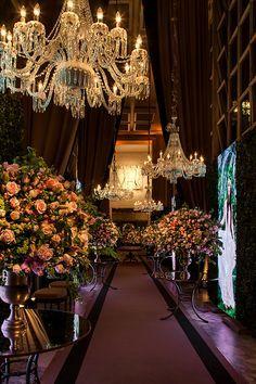 b08ee04d51d08 Decoração com rosas fica um charme para comemorar os 15 anos! E essa foi  exatamente