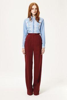Нравится сочетание темного красного и светлого голубого. Фасон рубашки и высокие брюки.