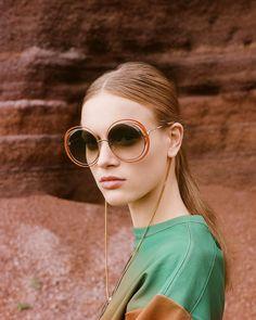 Carlina sunglasses accessorized with a new eyewear chain frame your face with a fresh jewellery flourish Shop eyewear on… Trending Sunglasses, Round Sunglasses, Lunette Style, Eyewear Trends, Acrylic Charms, Estilo Retro, Sunglass Frames, Blog, Pendants