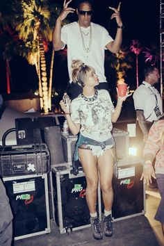 Beyonce Dances Up a Storm at Coachella with Husband Jay Z!: Photo Beyonce and her hubby Jay Z break it down backstage during the second weekend of the 2014 Coachella Music Festival on Saturday night (April in Indio, Calif. Beyonce Et Jay Z, Beyonce Coachella, Coachella 2014, Beyonce Style, Beyonce Knowles, Beyonce In Bikini, Coachella Valley, Costumes, Casual Looks