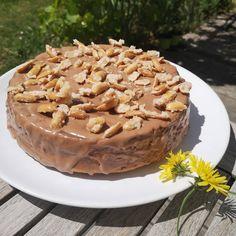 Karotten, Erdnüsse und Schokolade sind schon eine sehr geniale Kombination für einen Kuchen 🥕🥜🍫😋. Das Rezept ist von @lanaprinzip 👌. Wie immer hab ich mich aber nicht genau ans Rezept gehalten... Meiner ist jedenfalls #glutenfrei weil #zöliakie und auch sonst leicht variiert. . Carrots, peanuts and chocolate make a delicious #glutenfree cake 😋! Recipe by #lanaprinzip. . . . #erdnusskuchen #karottenkuchen #erdnusskaramell #soulfood #backen #schokolade #homemade #selbstgebacken #erdnüsse… Apple Pie, Desserts, Instagram, Food, Caramel, Chocolate, Glutenfree, Bakken, Recipies