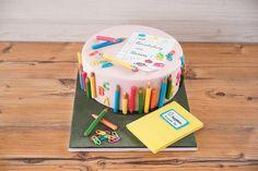 Die Einschulungstorte besteht aus einem Zitronen-Mandel-Teig, welcher mit einer französischen Buttercreme und einer Erdbeerfruchteinlage gefüllt ist. Dekoriert ist die Torte mit Erdbeerfondant und essbaren Stiften aus Modellierschokolade.