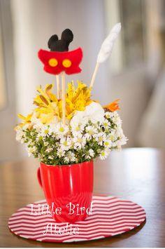 Os centros de mesa, canecas com flores e orelhinha, calça e luvinha do Mickey! Contato: littlebirdatelie@gmail.com