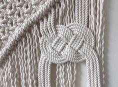 Tenture murale macramé avec grande Josephine Knot fabriqué à la main. Faite de corde de coton (3/16 po) et un grand noeud de Josephine (japonais Awaji Knot). Choisissez vos perles ! Le choix entre une vérité des 2 couleur perles tissu (6). Si vous ne voyez pas la combinaison de couleurs recherché, me contacter pour la disponibilité. Largeur de branches – 20 » Largeur de macramé-12 Longueur : 18 Mon Macramé Art est fait sur mesure pour chaque commande. Il peut y avoir des légères diffé...