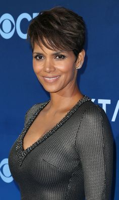 Today we shall focus more on the changed looks of Halle Berry fashion, hair and makeup. You too with the same skin tone can emulate her style and the varied images of Halle Berry fashion, hair and makeup as well. Halle Berry Short Hair, Halle Berry Hot, Halle Berry Pixie, Bond Girls, Latest Short Hairstyles, Cute Hairstyles, Hairstyles 2016, Hair Dos, My Hair
