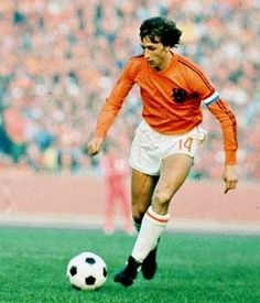 Johan Cruyff, recibió el Balón de Oro en tres ocasiones: 1973 y The famous number 14 shirt worn by one of the most technically gifted players to have graced the game. Football Music, Football Icon, Best Football Players, Good Soccer Players, Retro Football, National Football Teams, World Football, Vintage Football, Sport Football