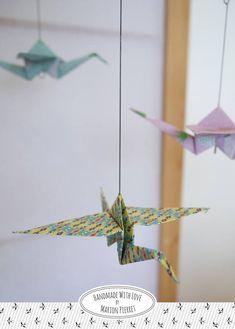 Ce joli mobile est fait en papier imprimé plié en forme doiseaux délicats avec la technique de lorigami. Les motifs sont frais et estivaux avec des ananas, des pastèques, des géométriques et des fleurs.  Il sera parfait pour une chambre denfant ou pour décorer la maison  Il sera