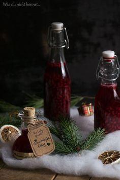Wer noch auf der Suche nach einem Geschenk aus der Küche ist und wenig Zeit hat, sollte dieses Rezept für selbstgemachten Granatapfelessig ausprobieren.