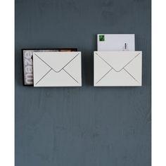 Letter tidningshållare från Maze, formgiven av Malin Lundmark. En snyggoch innovativ...