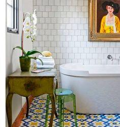 Nos encanta este baño ecléctico de azulejos hidráulicos en el suelo.  #cerámica #decoración #baños