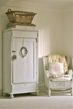 Adding this look to my Shabby Chic Cottage decor folder. Hope to redecorate my home over the next few years ❤️/// szafa w stylu shabby chic bylaby idealna Shabby Chic Mode, Estilo Shabby Chic, Shabby Chic Cottage, Vintage Shabby Chic, Shabby Chic Style, Cottage Style, White Cottage, Vintage Country, Shabby Chic White