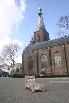 Social Sofa bankje bij de Heikese kerk in Tilburg. #lente #geniet #mooi www.genietgroep.nl