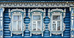 Старинные и современные деревянные дома в России, украшенные резьбой... В доме с таким красивым «лицом» хочется жить, дышать, творить! Кажется , что в этом доме жили какие-то волшебники, а ведь часто так украшали свои дома простые люди, наши бабушки и дедушки. И делали это неспроста — резьба, обрамляющая входы и отверстия в доме, была оберегом. Терем кузнеца Кириллова находится в старинной…