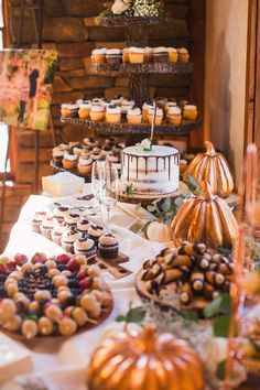 dessert table ideas This decadent dessert bar has options to appease any guests sweet tooth and lovely rustic and autumn touches for a beautiful display. Dessert Party, Diy Dessert, Buffet Dessert, Easy Dessert Bars, Dessert Table Birthday, Summer Dessert Recipes, Kids Dessert Table, Fall Wedding Desserts, Dessert Bar Wedding