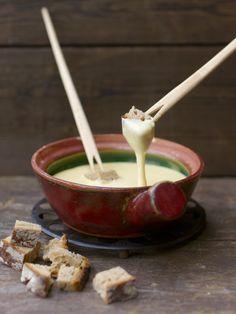 La fonduta di formaggio piemontese è realizzata amalgamando tuorli, fontina e burro; si serve in una casseruola chiamata caquelon.