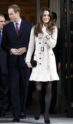 Princess Kate in beige trench coat Looks Kate Middleton, Princess Kate Middleton, Pippa Middleton, Kate Middleton Fashion, Kate And Pippa, Kate And Meghan, Princesa Kate, Royal Fashion, Fashion Photo