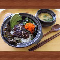 Today's Dinner-Rice bowl with grilled eel and miso soup. 오늘 저녁은 장어덥밥과 미소스프를 만들어 봤습니다. 고소하고 달착지근한 장어와 크림같이부드러운 아보카도, 오독 오독 씹히는 마사고알 의 식감에 톡 쏘는 겨자맛까지 잘어울려 스시보다 더좋은식감을 줍니다. 특히 초밥보다 밥을 적게 먹을수 있어 좋습니다.
