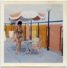 jeune femme sur une terrasse