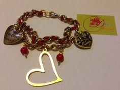 photo (22) pulsera de cadena dorada con cordón en cuero rojo y corazones dorados.