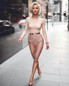 Vestido nude com transparência, saia lápis de tule bordado, cinto rose gold, scapin rosa nude