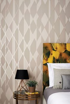 Graphique et colorée, la collection Geometric II vous propose 11 designs différents. On retrouve le modèle Tile dans de nouveaux coloris ainsi que l'Apex dans de nouvelles dimensions, désormais appelé Apex Grand. Cole and Son s'est inspiré de l'architecture Art Déco à travers le monde, par exemple les