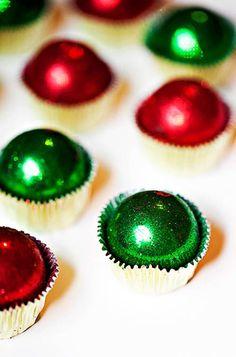 DIY Christmas Bling Cake Ball Truffles - love this. Christmas Cake Pops, Christmas Sweets, Christmas Cooking, Christmas Goodies, Christmas Candy, Diy Christmas, Reindeer Christmas, Christmas Truffles, Green Christmas