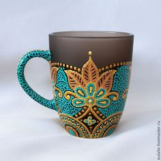 Beautiful mandala art on your daily coffee mug is a bright lovely ideaTransform Ur Mugs like this.Java Time Is surely Popular for Our Delightful Selfmade Pastry, weather conditions It's Our help.An awesome little project to add to my Boho Chic collectionT Pottery Painting, Dot Painting, Painted Mugs, Hand Painted, Crackpot Café, Diy And Crafts, Arts And Crafts, Mandala Dots, Cute Mugs