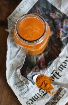 Toin reissusta mukanani kunnon flunssan. Sen taltuttamisessa auttanee tämä vitamiinipommi: kurkumalla ja inkiväärillä höystetty porkkanasmoothie. En ikinä tajua ottaa ajoissa tarpeeksi rauhallisesti…