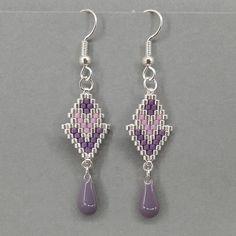 Boucles doreilles réalisées en perles Miyuki en tissage peyote (les perles sont tissées une à une à laiguille) avec un goutte en résine Epoxy. Le tout est monté sur un crochet argenté. Longueur : 5,5 cm, crochet compris Largeur : 1,3 cm au plus large Couleurs au choix : - argent Beaded Earrings Native, Beaded Earrings Patterns, Beaded Jewelry Designs, Bead Jewellery, Seed Bead Earrings, Bracelet Patterns, Earrings Handmade, Diy Earrings, Brick Stitch Earrings