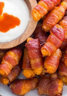 Bacon Wrapped Tater Tots make the perfect finger food and you need ONLY five sim. Bacon Wrapped Tater Tots make the perfect finger food and you need ONLY five simple ingredients! Bite Size Appetizers, Bacon Appetizers, Finger Food Appetizers, Great Appetizers, Easy Appetizer Recipes, Healthy Appetizers, Finger Foods, Healthy Dinner Recipes, Easy Recipes