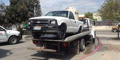 Abandonan vehículo con combustible afuera de kinder