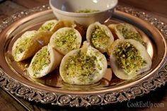 Δεύτερη μέρα στο Food festival του Mediterranean Cosmos και σειρά έχει η Αίγυπτος. Επέλεξα να παρουσιάσω το Αταγιέφ, το οποίο είναι το βασικό επιδόρπιο κατά την περίοδο του Ραμαζανιού που σπάνια απουσιάζει από το τραπέζι στις χώρες της Μ. Ανατολής γενικότερα. Αυτά τα μικρά κεράσματα έχουν διάφορες παραλλαγές τόσο στην γέμιση όσο και στο σχήμα καθώς και στον τρόπο ετοιμασίας τους. Άλλα είναι γεμισμένα με κρέμα και περιχυμένα με σιρόπι, άλλα γεμισμένα με τυριά ή ξηρούς καρπούς και τηγανισμένα…