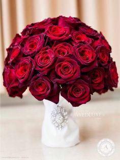 www.anneandersonevents.com Pretty and elegant bouquet of red roses. @wedluxe #anneandersonevents #wedding #weddingbouquet #bouquet #weddingdetails #weddingplanner #weddingplanning #luxuryweddings #weddingdecor  #miamiweddings #muskokaweddings #torontoweddings  Ramo de rosas rojas muy lindo y elegante. #boda #matrimonio #ramodeflores #planeaciondebodas #diseñodebodas #decoraciondebodas #inspiracionbodas #bodasespectaculares #bodasoriginales #bodasmiami #bodastoronto