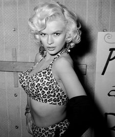 Jayne Mansfield: The platinum blonde bombshell who never quite become a Hollywood star Jayne Mansfield attends a Halloween party in Los Angeles 1956 Hollywood Stars, Golden Age Of Hollywood, Vintage Hollywood, Hollywood Glamour, Hollywood Actresses, Hollywood Divas, Jayne Mansfield, Drop Dead Gorgeous, Star Wars