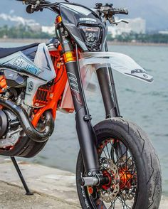 Image may contain: one or more people, motorcycle and outdoor Ktm Dirt Bikes, Cool Dirt Bikes, Ktm Motorcycles, Ktm 450 Exc, Ktm Exc, Dirt Bike Videos, Motard Bikes, E Quad, Old Bicycle