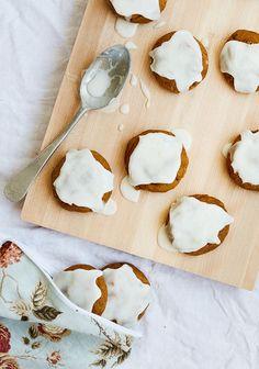 C'est vraiment la période des citrouilles, et parce qu'on ne sait pas toujours quoi en faire à part les décorer pour l'Halloween, j'ai pensé vous proposer une recette de biscuits avec un délicieux glaçage au gingembre.