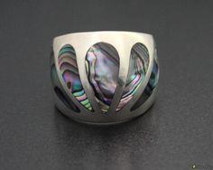 """Silberring """"Exotic Abalone""""  Fazinierender breiter Ring mit Perlmutteinlage aus Peru. Das glänzende Perlmutt ändert seine Farbe von weiß, violett, grün und silbrig je nach auftretender Lichtreflexion."""