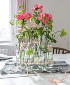 Deko-Ideen aus dem Servus Magazin Glass Vase, Michaela, Home Decor, Vintage Bottles, Glass Bottles, White Roses, Decorating Jars, Peonies, Decorating Ideas