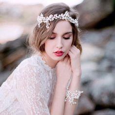 head dress*ribbon《2》ヘッドドレス*リボン《2》※こちらの商品がsoldoutとなっている場合は以下のご予約販売専用ページにてご予約を承ります。商品名:【予約販売】head dress*ribbon《2》送料無料でお届けいたします。パールとクリスタルのリボンカチューシャ型ヘッドドレスです。リボンを外して両端をピンで留めてお使いいただくことも可能です。カラー金具:シルバーストーン:クリスタル、パールリボン:ホワイト長さ:約33cmご購入前に必ず‼︎必読‼︎をご一読ください。着用写真は参考画像となります。※海外製品のため日本製品とは異なり作りの荒い部分がある場合がございます。ストーンのずれなど完璧でない場合がございます。