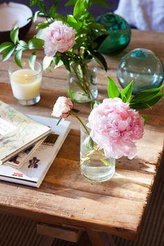 Peonías rosas decorando una mesa de centro de madera 00411827 O