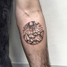 Roma Severov usa formas geométricas como padrão em suas tatuagens. Dentro dos círculos e triângulos, ele mistura traços e temas formando desenhos especiais.