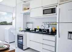 Porta de correr separando a área de serviço da cozinha. Mini Kitchen, Kitchen Dining, Kitchen Decor, Kitchen Cabinets, Small Apartments, Small Spaces, Hobby Design, Myconos, Kitchen Interior