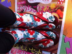 ソーイング:チラリとツバキの柄足袋