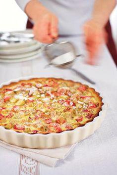 Raparperipiirakka on kesän rakastetuimpia leivonnaisia! Raikkaan hapan raparperi saa seurakseen rapean muropohjan ja ihanan ranskankermatäytteen. Tällä klassikko-ohjeella onnistut!