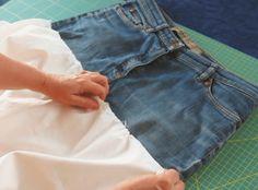 Auch wenn die Jeans schon sehr kaputt ist, kann man noch was daraus machen. Für den Rock braucht man nur den oberen Teil. Wenn Die Beine noch ok sind, machen wir noch andere Projekte daraus.   //   Bei einer alten Jeans werden die Beine direkt über dem Schritt abgeschnitten. Anschliessend wir diese Schnittkante an die Körperform angepasst. Dafür die Jenas anziehen und Sie muss vorne eitlich und am Po etwas gleich lang sein.    Das Rock-Teil ist ein halber Tellerrock, d.h. er besteht...